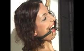 σκλάβα δεμενη φίμωτρο στο στόμα, μανταλάκια  στις ρωγες