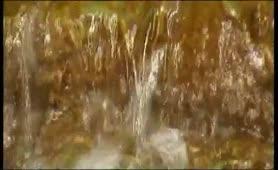 Γλυκούλα ξυριζει το μουνάκι της στο ποταμάκι