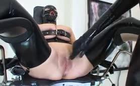 Λάτεξ σκλάβα σε γυναικολογική καρέκλα