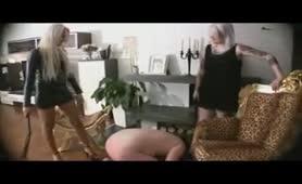 Duo Afentres gia ena sklavaki - mastigoma kai tapeinwshs